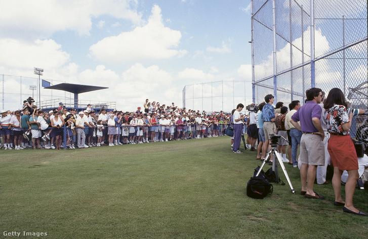 Tömegek kíváncsiak Michael Jordan baseballkarrierjének indulására a Chicago White Sox tavaszi edzőtáborában