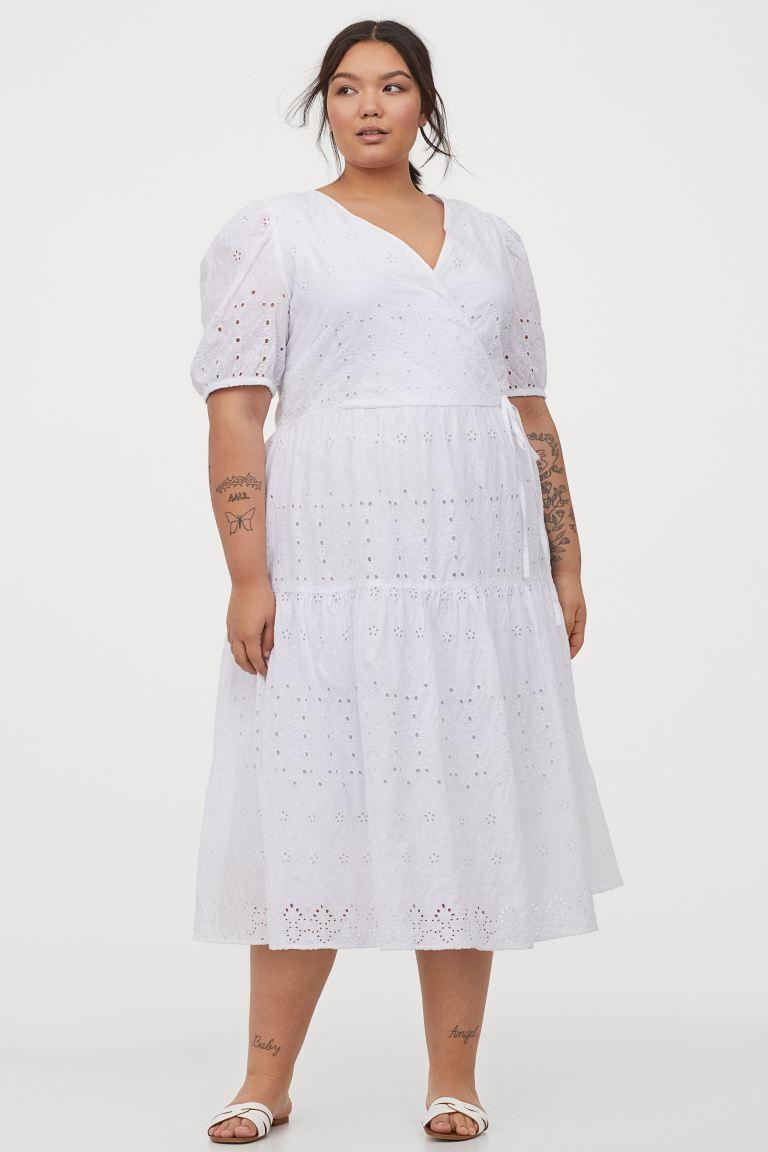 A H&M áttört mintás midiruhája tökéletes nyári viselet. Lenge, nőies, kihangsúlyozza a kebleket, és karcsúsítja a derekat. 12 995 forintért vásárolhatod meg.