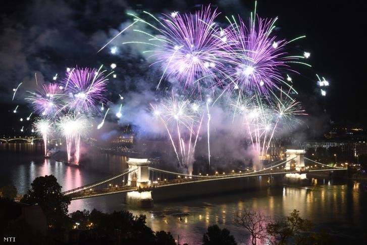 Tűzijáték a Duna felett Budapesten a nemzeti ünnepen, 2019. augusztus 20-án.