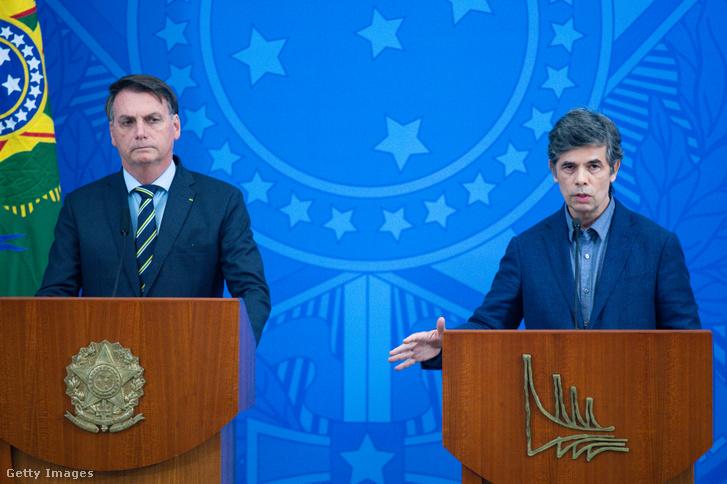 Jair Bolsonaro (balra) és Nelson Teich egy koronavírus-járvány sajtótájékoztatón Brazíliában 2020. április 16-án