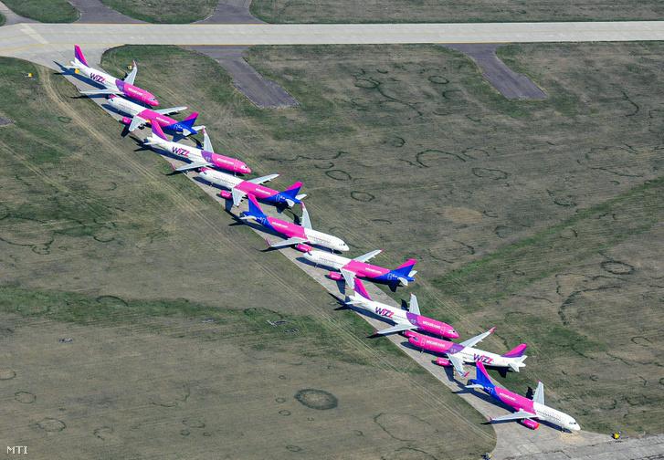 A földre kényszerült Wizz Air légitársaság flottájának egy része a Debrecen Airport területén parkol 2020. április 24-én