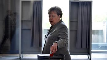 Tiltakozók sírkövet tettek Angela Merkel irodája elé