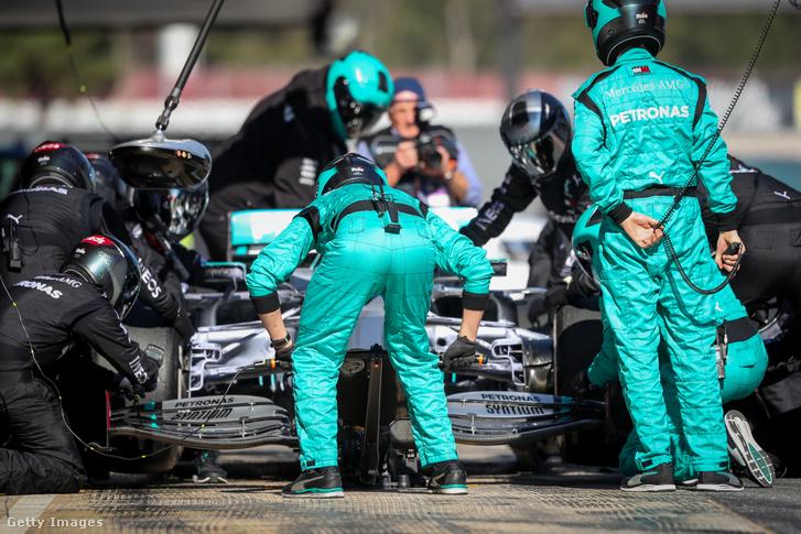 Boxkiállás a Mercedes csapatnál a 2020-as F1-szezont megelőző barcelonai teszten