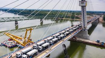Miért különleges egyszerre 32 teherautó egy hídon?