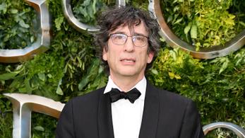 Neil Gaiman a fél világot átutazva ment skóciai házába