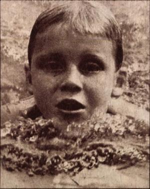 Darnyi Tamás az, Ú. Dózsa nyolcéves úszója, Korényi Olga tanítványa, kilenc érmet szerzett az országos béka-bajnokságon. Képes Sport, 1975. július-december (22. évfolyam, 26-52. szám)1975-07-08 / 27. szám Arcanum adatbázis