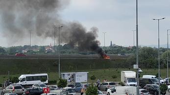 Videó a soroksári IKEA mellett lángoló autóról