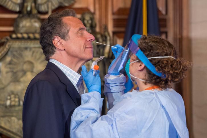 A tévékamerák előtt teszteli magát koronavírusra New York kormányzója, Andrew Cuomo 2020. május 17-én