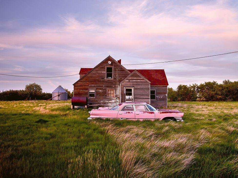 Ez pedig a művész kedvence, egy 1960-as rózsaszín Dodge, szintén Amerikából. A 70 éves tulajdonos azt mesélte, hogy még apja rakta le az autót a ház előtt két nappal azelőtt, hogy elhunyt. Mindez 1977-ben történt, azóta nem nyúltak sem az autóhoz, sem a házhoz.