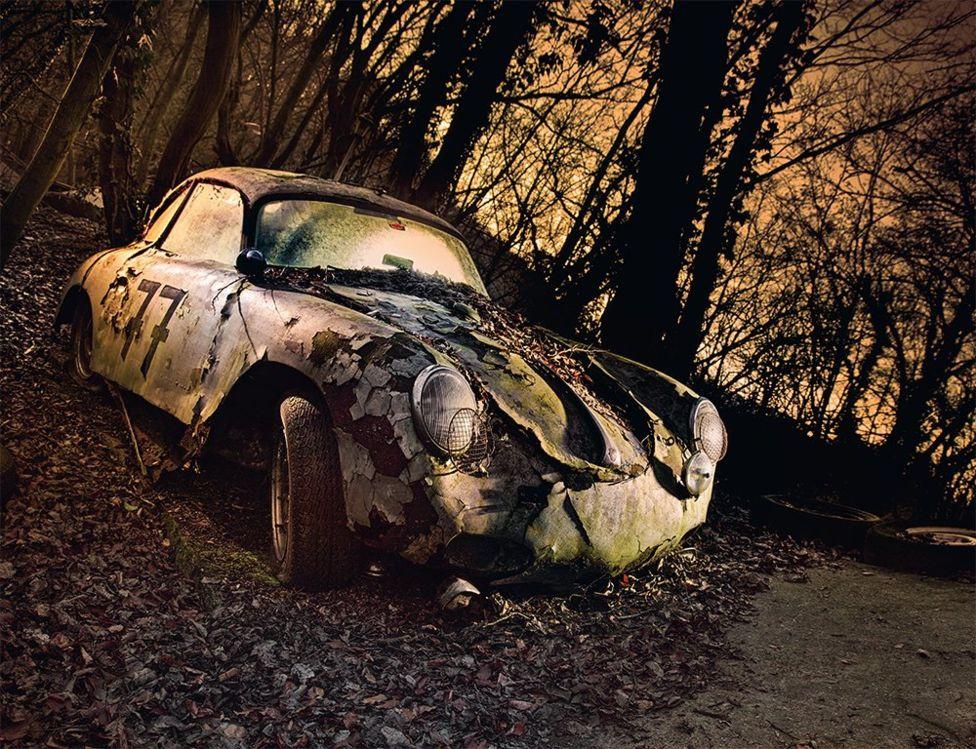Ez pedig egy 1950-es Porsche 356, a maga korában akár 160 km/órával is tudott repeszteni.