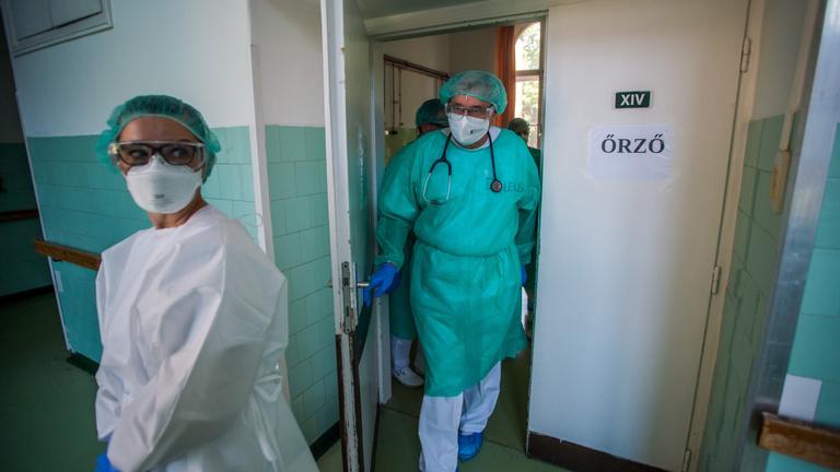 Öttel nőtt a koronavírus halálos áldozatainak száma