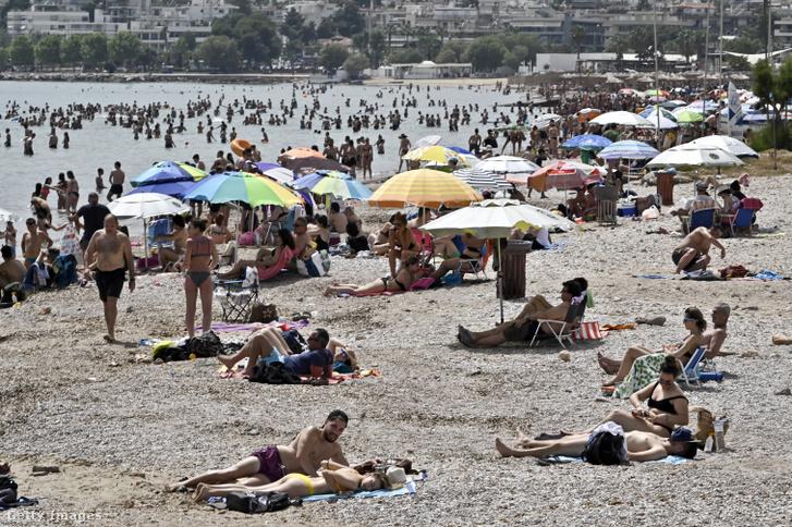 Strandolók a görög Varkiza strandján 2020. május 16-án