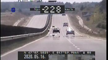300 ezer forintra büntették a 228 km/h-val száguldozó sofőrt