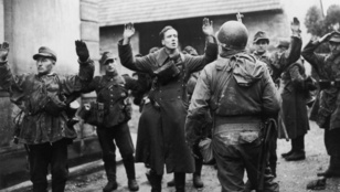 A náci Németország kétszer is megadta magát