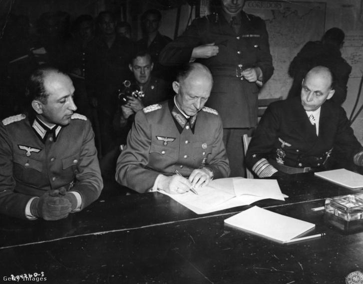 Alfred Jodl tábornok aláírja a német fegyverletételről szóló szerződést Reimsben 1945. május 7-én.