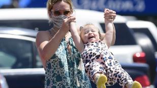 Hilary Duff cukiskodott egyet a kislányával, amíg a férje bevásárolt