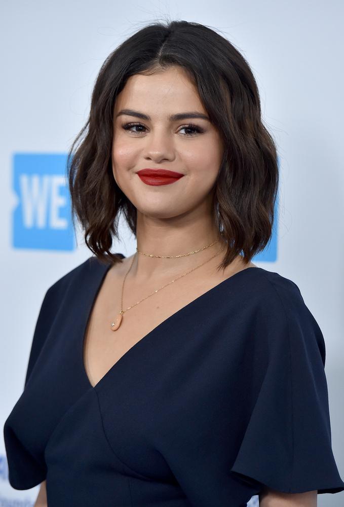 Selena GomezA 27 éves énekesnő a popcornját eszi különös módon