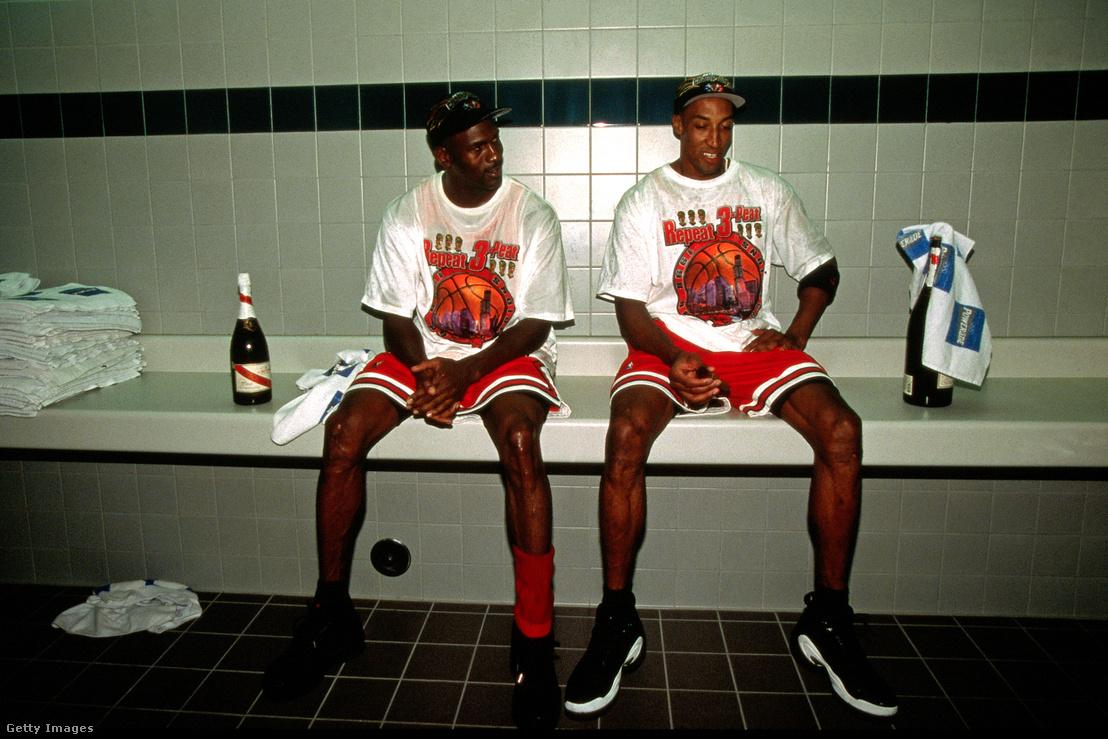 Michael Jordan és Scottie Pippen az 1998-as NBA döntő után az öltözőben