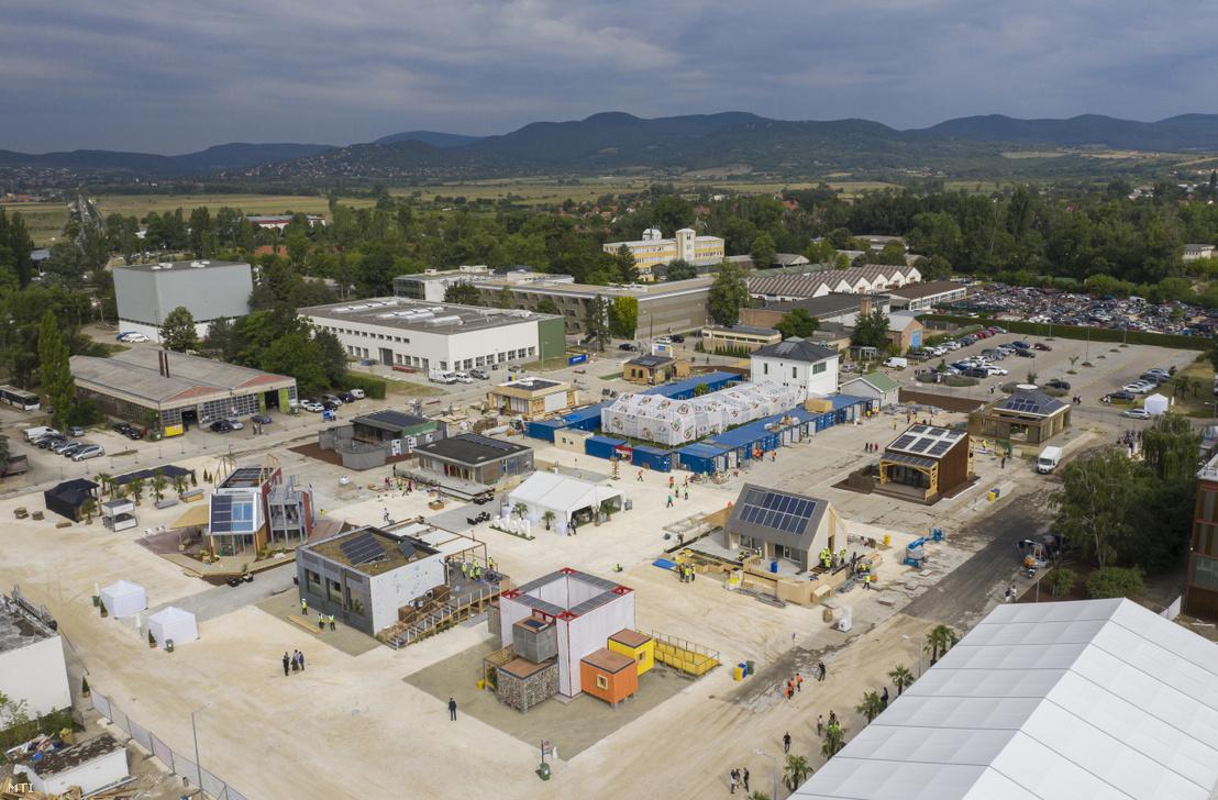 A Solar Decathlon Europe 2019 egyetemi innovációs házépítő verseny épületei Szentendrén 2019. július 12-én. A versenyző csapatoknak tizennégy nap állt rendelkezésükre hogy az elérhető megújuló technológiák és rendszerek felhasználásával egyedi innovatív és energiahatékony megoldásokat mutassanak be a közönségnek
