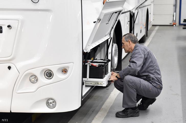 Dolgozó egy autóbusz akkumulátorát szereli be az Ikarus székesfehérvári gyárában
