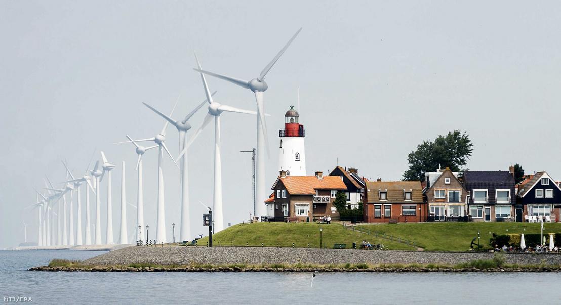 A Westermeerwind szélfarm a hollandiai Urkban. Ez Hollandia legnagyobb tengerparti szélerőműve