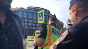 Megrúgtak egy rendőrnőt a Clark Ádám téren - egy labdával