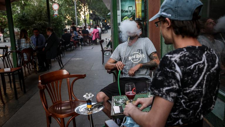 Péntektől 15 ezer forintra is büntethetik azokat, akik maszk nélkül mennek szórakozni Budapesten