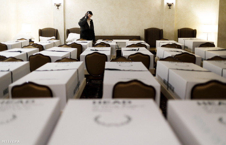 A koronavírus-járvány miatt elhunyt emberek holttestei egy New York-i halottasházban 2020. április 26-án