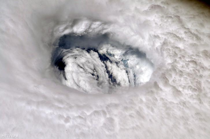 A Föld körül keringő Nemzetközi Űrállomáson szolgálatot teljesítő Nick Hague amerikai űrhajós felvétele a Dorian névre keresztelt trópusi viharról az Atlanti-óceán felett 2019. szeptember 2-án