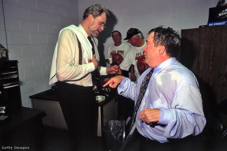 Phil Jackson és Jerry Krause ünneplik a Bulls hatodik bajnoki címét 1998-ban