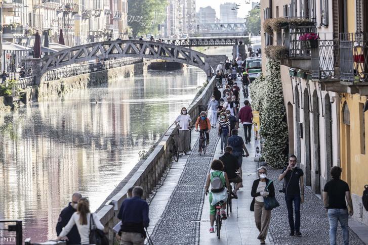 Járókelők Milánó Navigli nevű negyedében 2020. május 8-án a koronavírus-járvány elleni védekezés második szakaszában. Giuseppe Sala polgármester a szigorítások újbóli bevezetését fontolgatja miután olyan képeket látott amelyeken védőmaszk nélkül gyülekeztek emberek.
