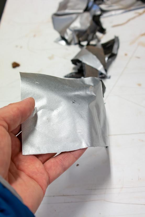 Az agyagot ilyen fóliával borítják, ettől lesz meg a fémes hatás