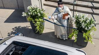 Vízipisztollyal szentelte meg a húsvéti ételeket egy michigani pap