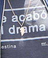 Egészen pontosan ezt a páros nyakláncot, aminek a másik fele minden bizonnyal Ana de Armas nyakában fityeg.