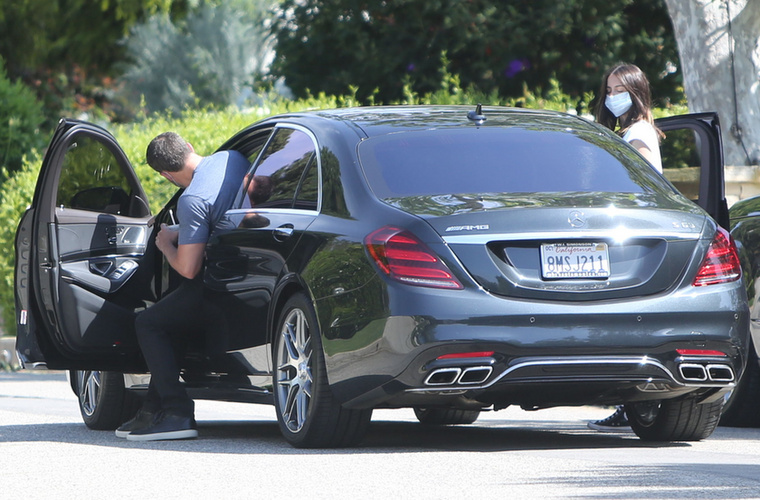 A kocsi egyébként Afflecknek is nagyon tetszhet, mert gondolta, egy kicsit helyet is cserél a barátnőjével, és kipróbálja a luxusülést.