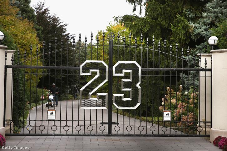 Az egyedi kapu Jordan 23-as mezszámával.