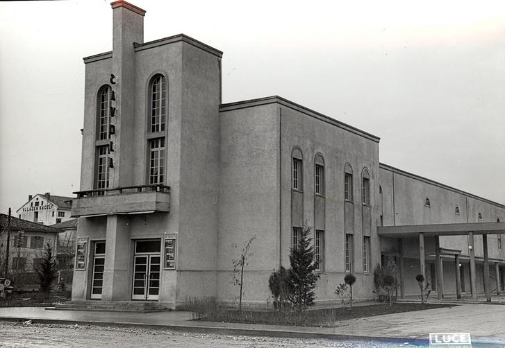 Az olasz időkben a központ egyik szárnyában a Savoia mozi működött