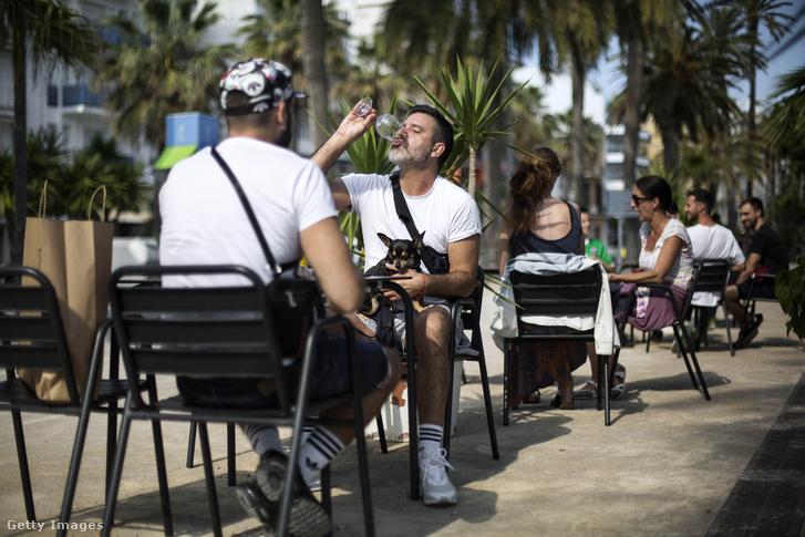 Barcelonai bár teraszán ülnek a vendégek. 2020. május 18-ától a spanyol vendéglátóhelyek is megnyitottak.