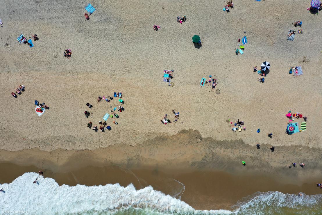 Strandolók New Jersey egyik strandján a biztonságos távolságot tartva 2020. május 16-án