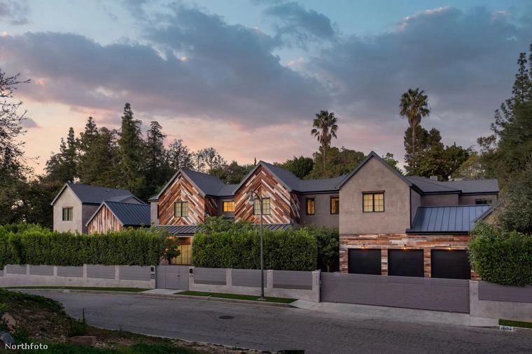 Nem semmi kilátás, nem semmi tervezés - ez a festői kép Kelly Clarkson kaliforniai birtokáról készült, ami sok más menő celebotthonhoz hasonlóanszintén felkerült az eladó házak listájára.