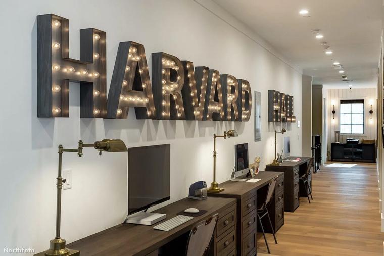 A soron következő helyiség egy mini-irodának is tökéletes lenne, jelen helyzetben pedig akár az online-tanuláshoz is remek választás lehet.