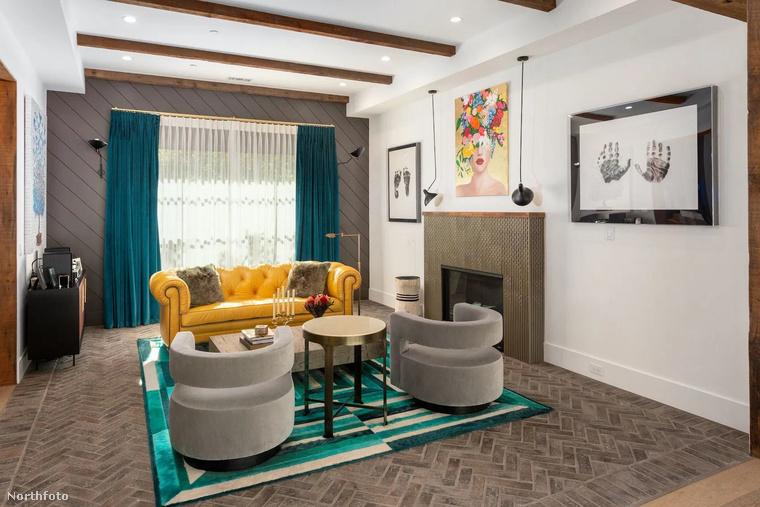 A színek kedvelőinek is lesz kedvenc helye a házban, méghozzá ez a közös helyiség, amihez kandalló is dukál.