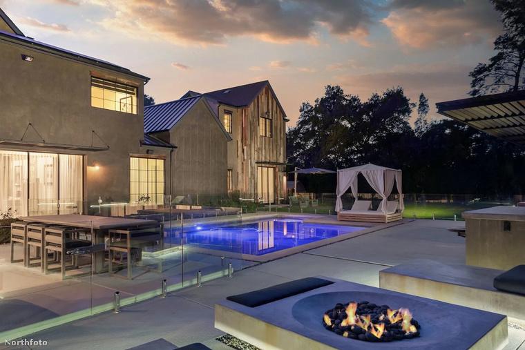 A birtokhoz ugyanis tartozik többek között medence, és egy ilyen csinos tűzrakó helyiség is