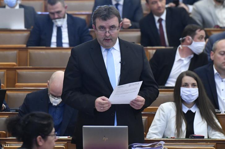Palkovics László innovációs és technológiai miniszter az Országgyűlés plenáris ülésén 2020. március 30-án.
