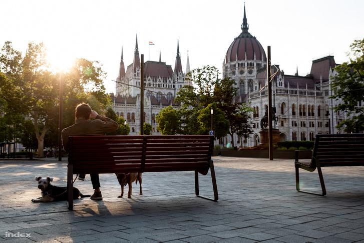 Turisták nélkül csendes Kossuth tér héttérben az Országházzal a budapesti nyitás első napján 2020. május 19-én