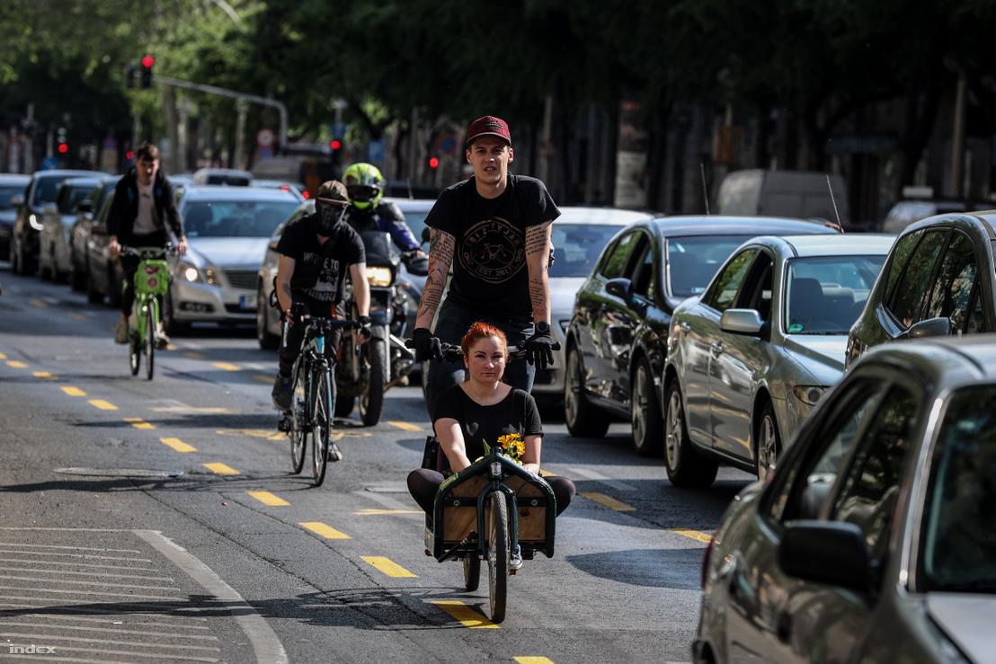 Bringások a járvány miatt lecsökkent forgalmú budapesti Nagykorút újonnan kialakított ideiglenes kerékpáros sávjában 2020. április 28-án