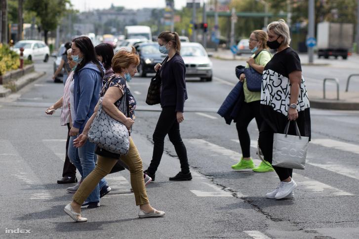 Arcmaszkot viselő gyalogosok az Örs Vezér téren a fővárosi kijárási korlátozó intézkedések feloldását követő első napon, 2020. május 18-án