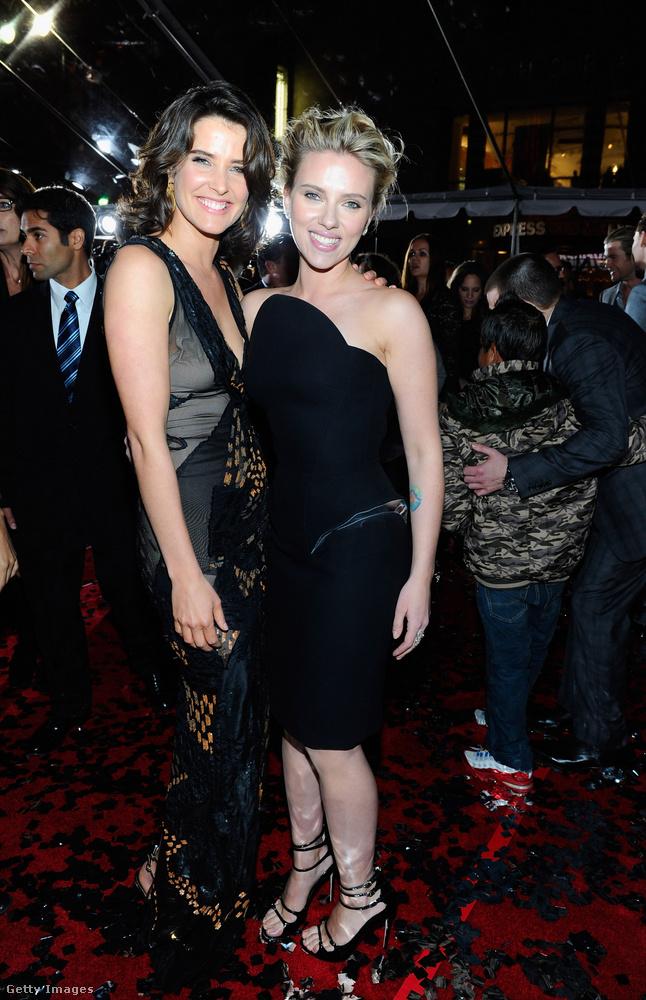 Itt pedig már Scarlett Johanssont ölelgeti, de egyik színésztársával még ennél is tovább ment