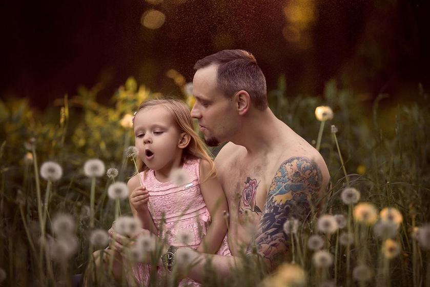 """Vannak helyzetek, amikor a férfiasságnál sokkal fontosabb dolgok kerülnek előtérbe: ha a kislány a mezőn akar virágot szedni, akkor csak másodlagos a """"kemény macsó"""" imidzs."""