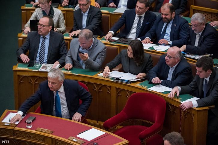 A Fidesz képviselői szavaznak az Országgyűlés plenáris ülésén 2019. november 4-én. Előtérben Semjén Zsolt nemzetpolitikáért felelős miniszterelnök-helyettes a KDNP elnöke